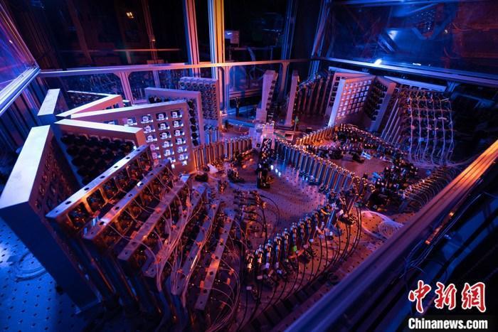 """资料图为 """"九章二号""""144模式干涉仪(部分)实验照片。 <a target='_blank' href='http://www.chinanews.com/'>中新社</a>发 中国科学技术大学 供图"""
