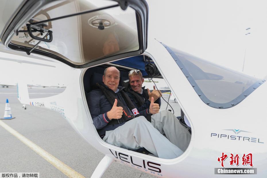 摩纳哥亲王试乘世界首架欧盟认证电动飞机