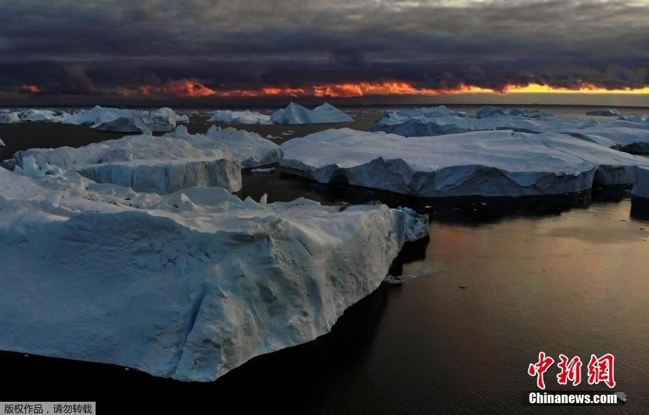 夕阳下的格陵兰岛 阳光照耀冰山画面静谧美好
