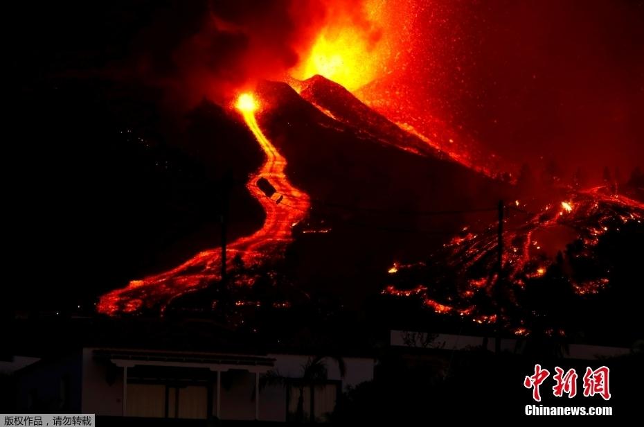 西班牙拉帕尔马岛火山喷发 岩浆顺山而下