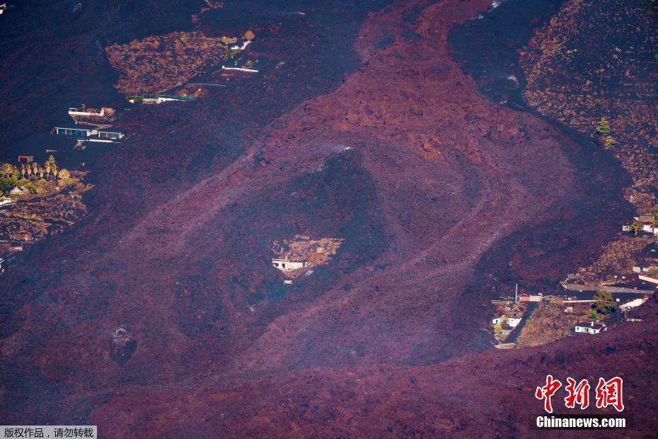 西班牙拉帕尔马岛火山持续喷发 熔岩吞没房屋画面震撼