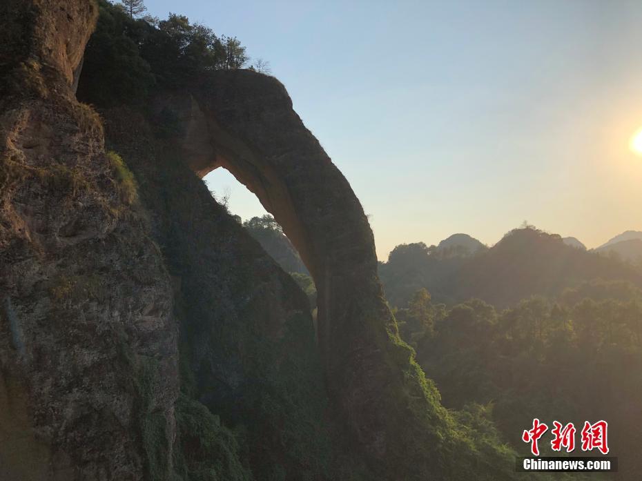 航拍江西龙虎山象鼻山 如一巨型石象在碧潭汲水