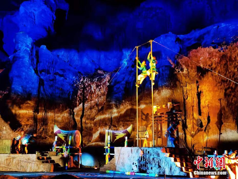 张掖七彩丹霞上演光影秀  演绎裕固族特色文化