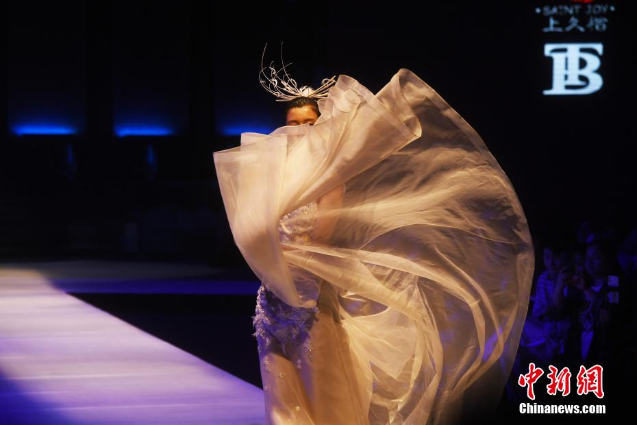 2021中国重庆国际时尚周上演《锦衣御裳》服饰秀