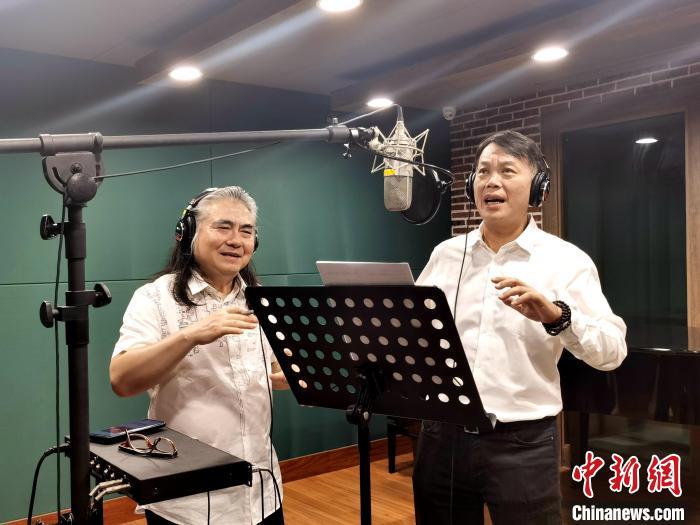 台湾知名音乐制作人郭之仪与台商李铭辉在棚内录制歌曲?!×趿⒅?摄