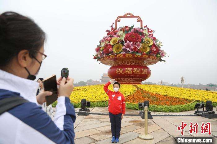 """天安门广场""""祝福祖国""""花篮和长安街沿线花卉布置全部完工"""