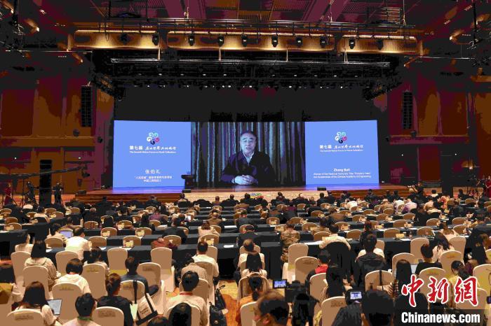 """中国工程院院士、""""人民英雄""""国家荣誉称号获得者张伯礼通过视频发表主旨演讲。 盛佳鹏 摄"""