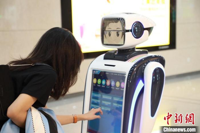 """北京轨道交通首个车站智能服务机器人""""上岗"""""""