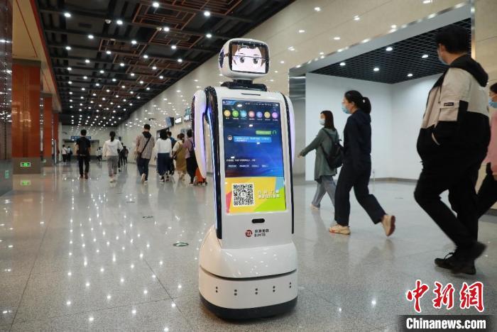 """9月28日,京港地铁4号线和16号线国家图书馆站,3台地铁车站智能服务机器人正式""""上岗""""。 京港地铁供图"""