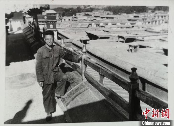 1976年9月,张维信在拉萨大昭寺。 兰州澳门新莆京在线登录供图
