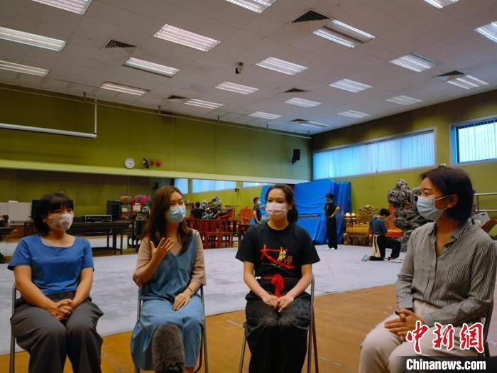 香港中联办副主任卢新宁(右一)与香港演艺学院学生交流。 香港中联办供图