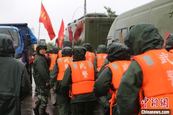 武警第一机动总队某支队官兵正在展开救援。 谢强 摄