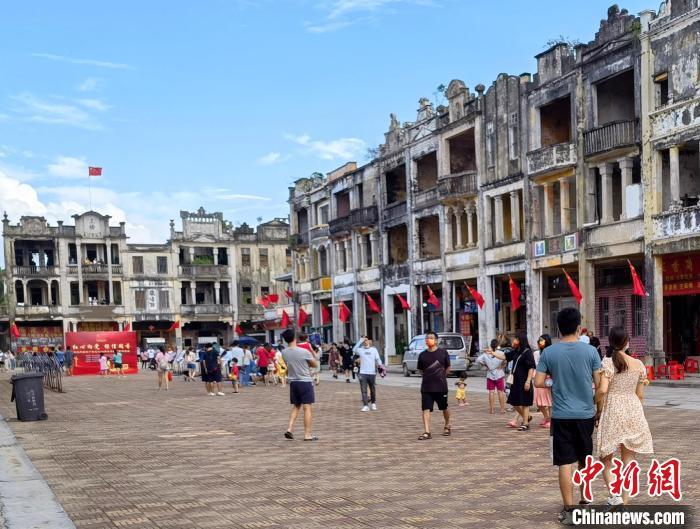 国庆假期期间,汀江圩游人如织。 冯海琳 摄