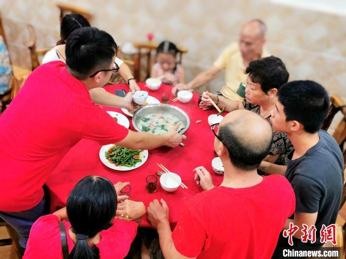 """""""芋头糍水""""是冲蒌圩华东楼餐厅近期的网红菜式 李晓春 摄"""