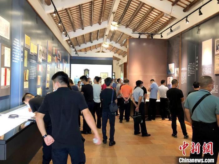 国庆假期,台山市银信博物馆人头攒动 刘凯伦 摄