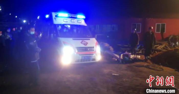 被困矿工被送往医院。 七台河市委宣传部供图