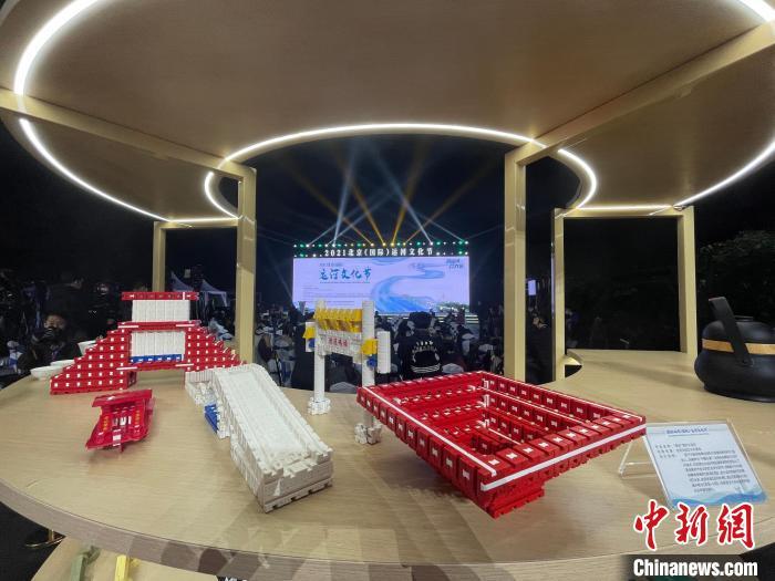 """9日晚,2021北京(国际)运河文化节开幕,图为开幕式现场的2021北京(国际)运河文化节主题展览。 <a  target='_blank' href='http://www.chinanews.com/'> </p> <p> 中新社记者侯钰摄2000年9月9日晚。中国新闻社记者侯玉社 </p> <p> 9日晚,2021北京(国际)运河文化节开幕。图为开幕式上2021北京(国际)运河文化节主题展。中国新闻社记者侯玉社 </p> <p> <strong>  网红打卡,打造运河文化消费场景</strong> </p> <p> 千年运河不仅哺育了两岸人民,也让美丽的水景成为市民拍照的好去处。文化节期间,北京发布大运河北京段沿线12条优秀旅游线路,分布在大运河北京段沿线7个区。市民在游览中可以享受到全方位的新旅游体验,让优秀的旅游线路引领运河旅游转型升级。 </p> <p> 在去年打造大运河(北京段)沿线""""网上名人打卡地""""的基础上,今年文化节期间,北京市文物局联合市委网办等单位,共同打造了以""""大运河""""为主题的""""网上名人文化遗产打卡地""""新路线,挖掘、梳理、整合大运河文化带独特的文化旅游资源,利用各种新媒体平台。邀请著名大V拍摄制作系列Vlog视频《参观运河沿线特色'线上名人打卡地'"""",并配合海报、长图的呈现制作,彰显运河厚重的文化底蕴和时尚魅力 </p> <p> 开幕式后,市民开启大运河""""夜游模式"""",进行""""运河巡游/艺韵体验游""""。公众乘船游览了北运河的一些通航路段,欣赏了沿途的美景。朝阳区依托运河水系资源和景观空间,推出马良河过舟工程,打造""""夜间坐轻舟赏马良河""""的观光体验,助力北京夜间经济繁荣。 </p> <p> 文化节期间将陆续开展主题鲜明、形式多样的系列活动,涵盖学术交流、展览展示、文艺创作、公众参与等诸多方面,如——京剧交响乐组曲《京城大运河》 《爱上大运河》音乐会主题活动等。让市民能够感受到大运河丰富的历史文化滋养。 </p>.com/'>中新社</a>记者 侯宇 摄"""