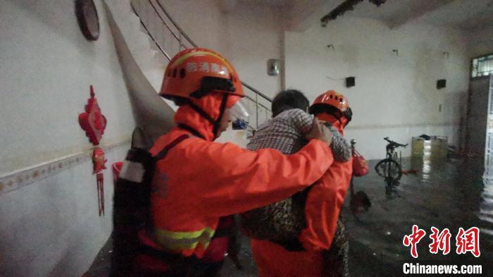 10月9日,海南省临高县消防救援大队救援瘫痪老人。 逄宇 摄