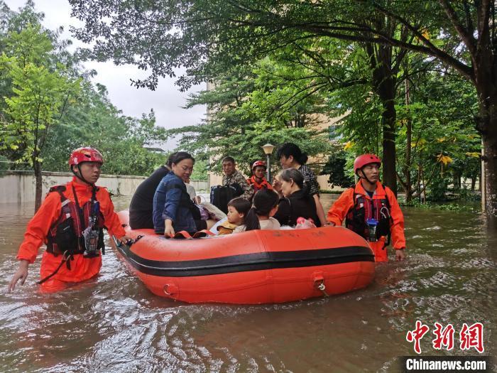 10月9日,海南省临高县消防救援大队转移被困群众。 逄宇 摄