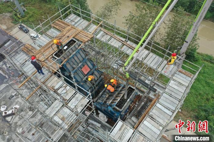 在引江济淮工程江淮沟通段玉兰大道桥主塔封顶施工现场,工作人员正在紧张而有序地施工。 韩翔 摄