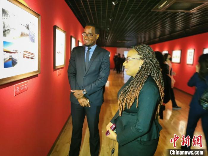 驻华使馆和国际组织的外交官参观展览 应妮 摄