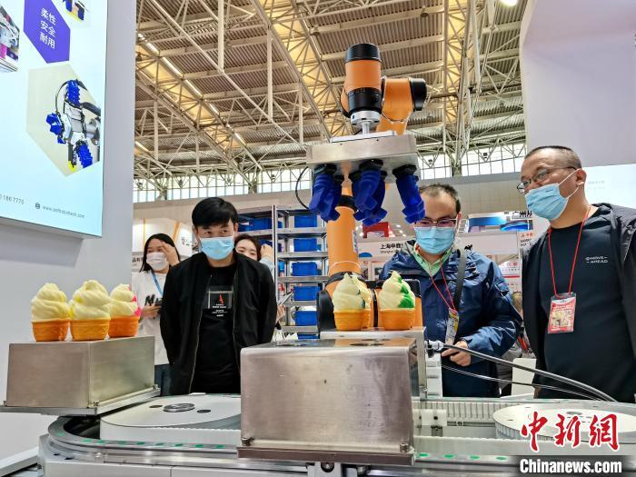 图为机器人应用在冰淇淋产业上。 张道正 摄