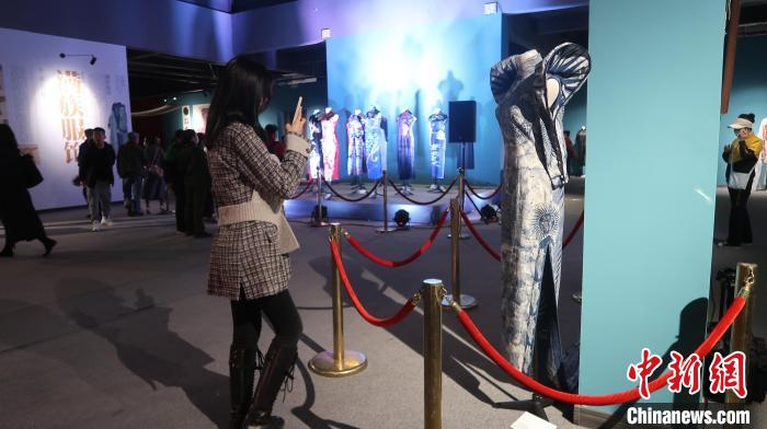 精品旗袍、满族服饰文化保护与研究创新成果展现场。 李晛 摄