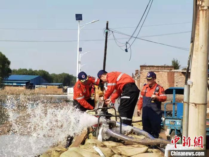 奔走在山西介休抗洪一線的紅十字救援隊