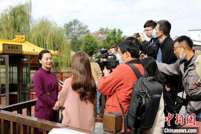 台儿庄古城旅游集团副总经理黄晓莉接受中外记者采访。 沙见龙 摄