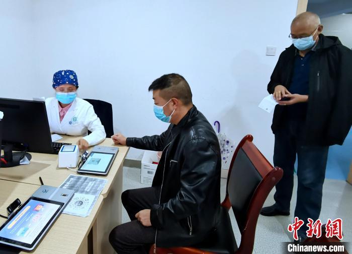 市民在社区卫生服务中心做接种疫苗登记。 李隽 摄