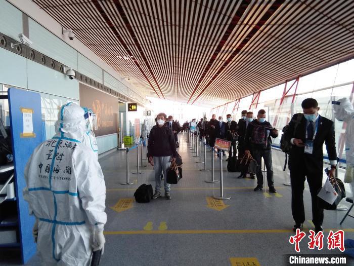 图为北京海关所属首都机场海关关员现场保障冬奥圣火取火代表团成员快速通关。 北京海关供图 摄影 卢孟晓