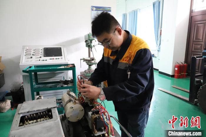 """青藏高原铁路人:""""玩转""""小部件 实现降本增效"""