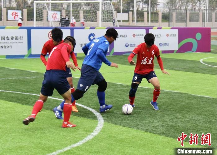 福建盲人足球队:用耳朵听球 用心踢球