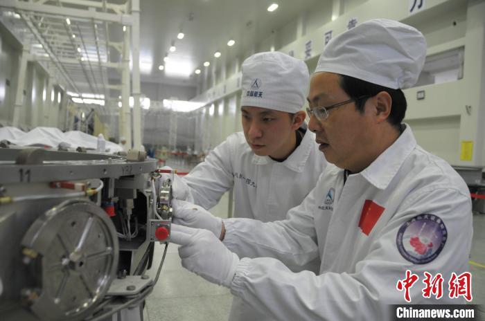 """图为""""70后""""王曙群(右)与他的""""90后""""徒弟赵杰 中国航天科技集团八院 供图"""