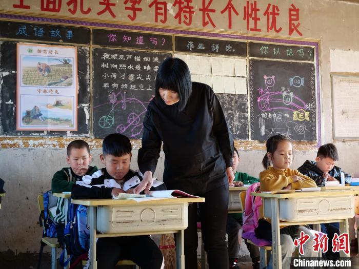 1个老师带着7个娃 内蒙古山村教学点里温暖多